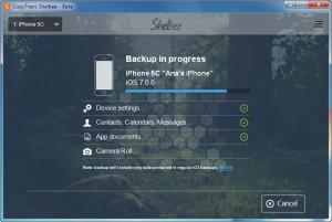 """Una volta installato CopyTrans Shelbee, colleghiamo il nostro iPhone o iPad al PC tramite il cavo dati USB forinto in dotazione, quindi avviamo il programma e selezioniamo il nostro device dal menu a tendina che si trova in alto a sinistra. Fatto? Perfetto, a questo punto facciamo clic sul pulsante """"Backup"""" se vogliamo creare una copia di backup, altrimenti su """"Restore"""" per effettuare un ripristino del dispositivo.  Nella schermata successiva dobbiamo selezionare la cartella di salvataggio/caricamento (dipende se abbiamo scelto Backup oppure Restore). Per cambiarla è sufficiente fare clic sul pulsante verde """"Change"""" e, non appena siamo pronti, facciamo clic su """"Start"""" per iniziare l'operazione."""